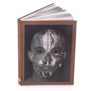 Livro sobre exposição Savage Beauty de Alexander McQueen