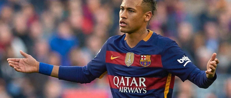 Neymar arremata sneaker de Kaws